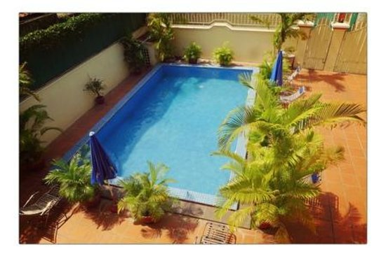 Queen Na Guest House : The lovely, crystal clear pool in Queen Na's courtyard