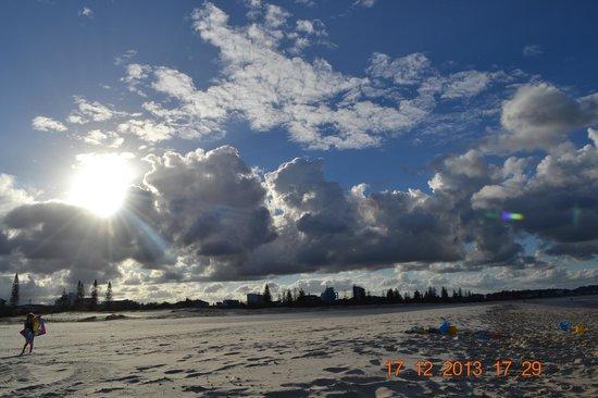 Kirra Surf Apartments : Beach across the road