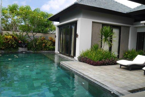 Banyan Tree Ungasan, Bali : Outside view of villa