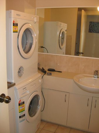 Bayview Waters Waterfront Apartments: Стиральная и сушильная машины в ванной