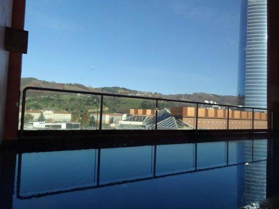 Melia Bilbao: Piscina climatizada exterior con vistas