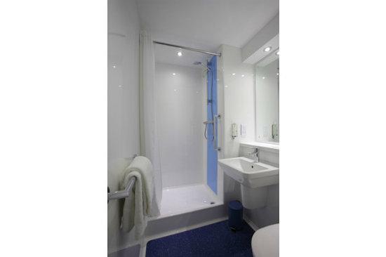 Travelodge Crawley Hotel: Bathroom with shower