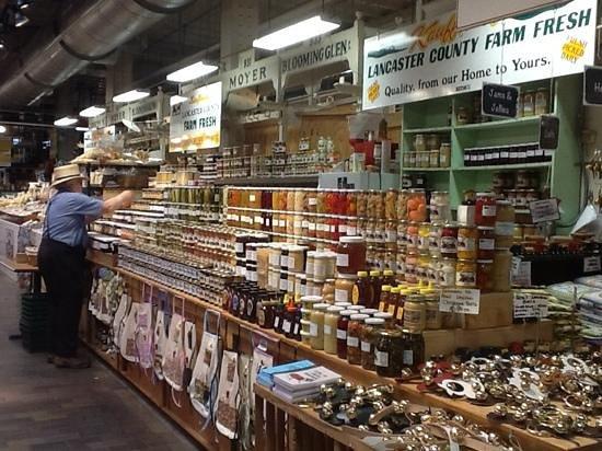Reading Terminal Market : Restocking the shelves