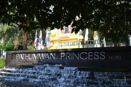 Pathumwan Princess Hotel: Nameboard