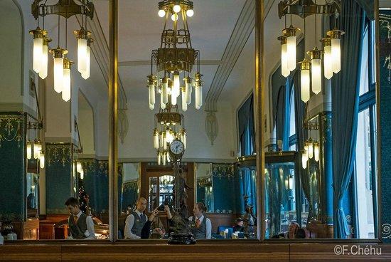 Hotel Paris Prague : Salle du petit-déjeuner©Frédéric Chéhu Lustres art nouveau, murs de mosaïques en pate de verre
