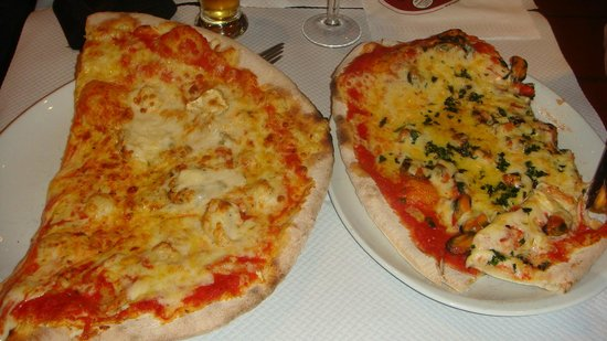 La Pizza Cresci : Quatre fromage and pizza moules (he already start to eat ..: ))
