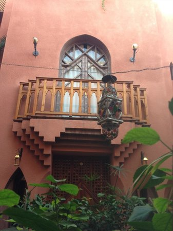 Riad Amira Victoria: all room balconies and windows face the interior court