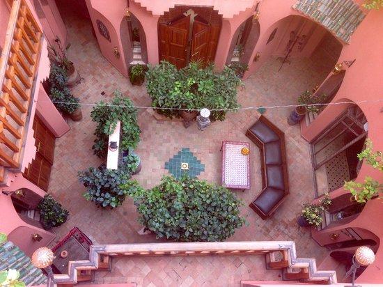 Riad Amira Victoria: central court near reception area