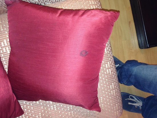 Hotel Fort Munnar : Dirty pillow cover