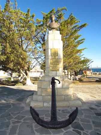 Busto de San Martín. A sus pies el ancla del Vapor Villarino