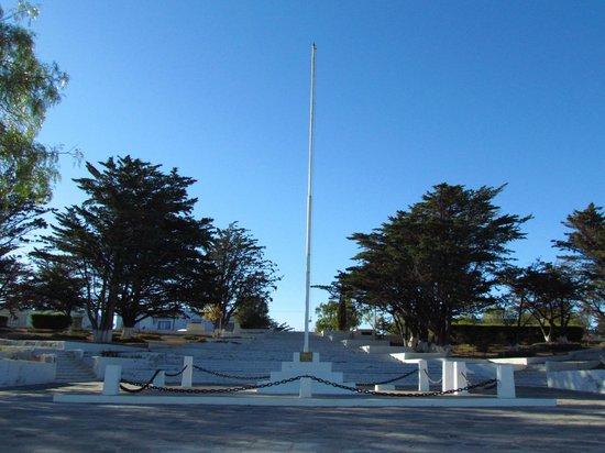 Camarones, Argentina: Mástil y escalinata de la plaza
