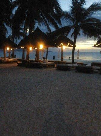 Fridays Boracay Restaurant: Beach view from our table