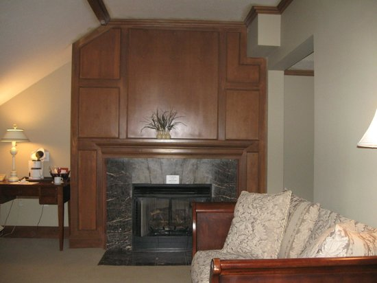 Fort Harrison State Park Inn, Golf Resort & Conference Center: room with non-functioning fireplace