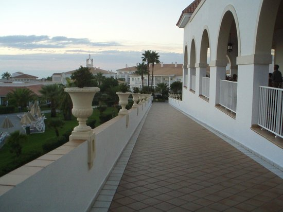 ClubHotel Riu Chiclana: one of the walkways from apartment blocks