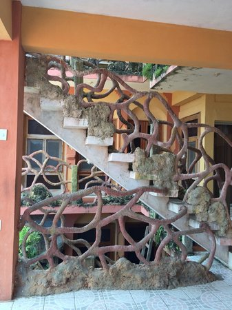 Hospedaje Dona Goya: Jungle-themed staircase