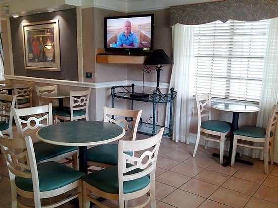 La Quinta Inn San Antonio Vance Jackson: TV and breakfast...