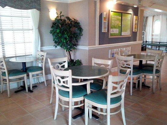 La Quinta Inn San Antonio Vance Jackson : Tables for breakfast... free.