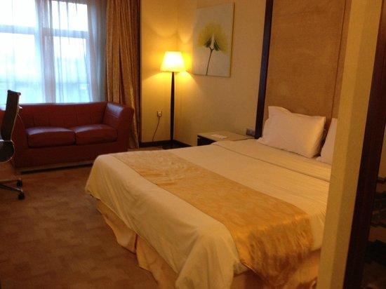 Silka Maytower Kuala Lumpur : Bed and red sofa