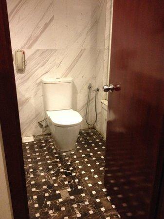 Silka Maytower Kuala Lumpur : Toilet and bathtub
