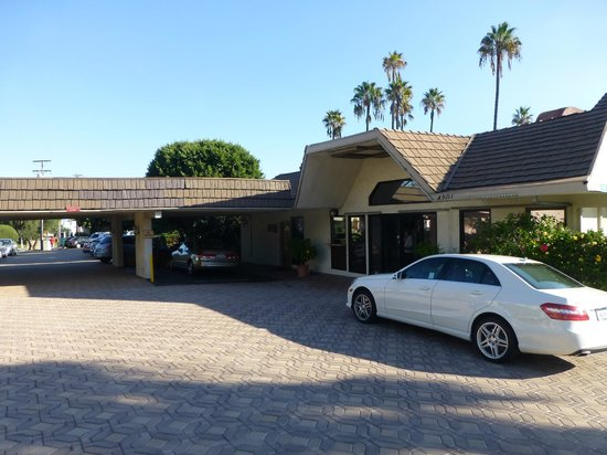 Super 8 Long Beach : Front entrance & luggage drop off area
