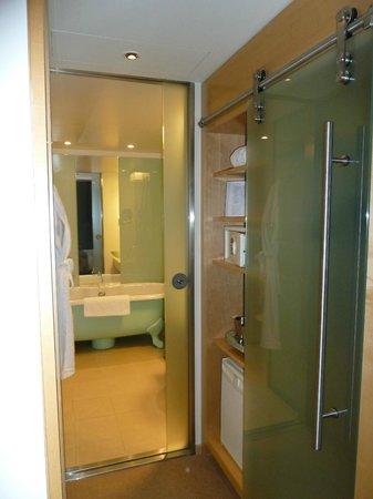 Le Méridien Hamburg: Sliding door to bathroom, minibar+safe on right