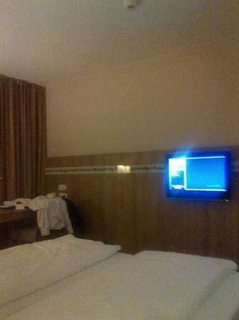 Welcome Hotel Darmstadt: TV 32inch, good reception