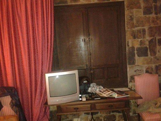 Hotel Temple Ponferrada: La tele nunca funcionó, debe de ser que es tan vieja y antigua como todo en este hotel