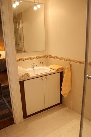 La Petite Famille: Suite Bathroom