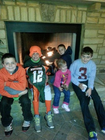 Hampton Inn Pigeon Forge: My kids gathered around the fire place