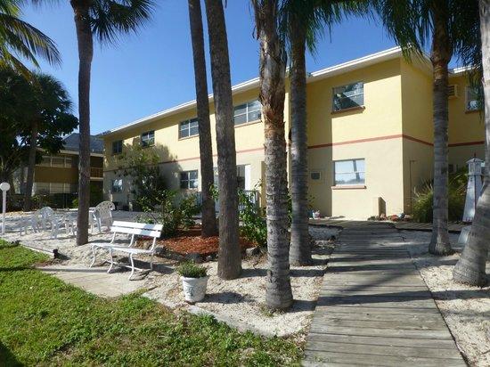 Hideaway Waterfront Resort & Hotel : Rear of motel