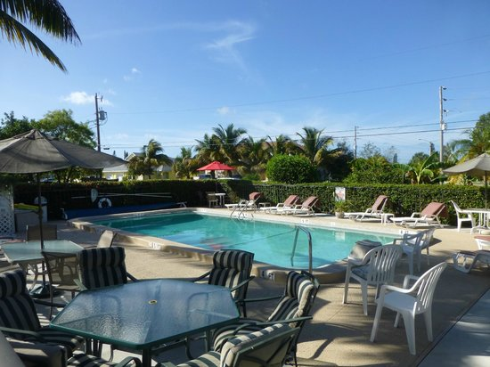 Hideaway Waterfront Resort & Hotel : Pool in front of motel