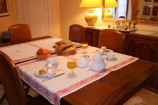La Petite Famille: Dining room