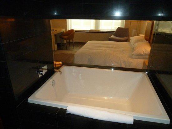 Andaz Wall Street: Large King Room Bathroom
