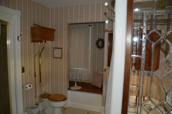 The Ivy House Bed and Breakfast: I just loved the old time toilet in this bathroom