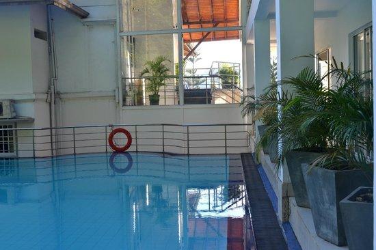 Senani Hotel: Бассейн