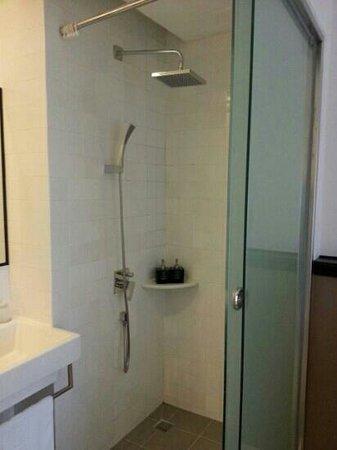 The Alcove Library Hotel : hotel bathroom
