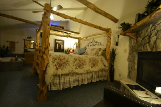 Crystal Cove Bed and Breakfast: The bed had a step up and was very romantic