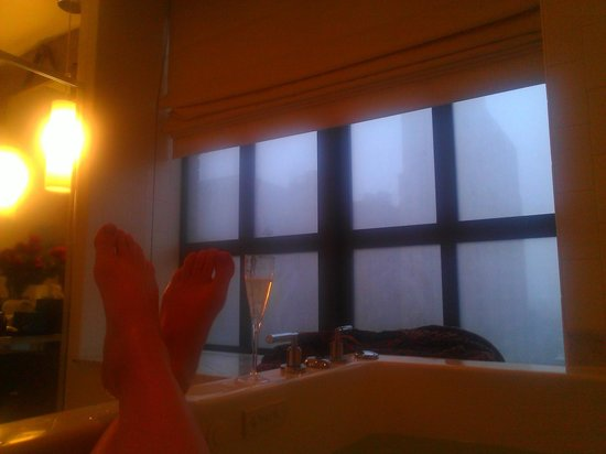 Kimpton Hotel Palomar Philadelphia: A relaxing morning watching the snow from our steamy tub!