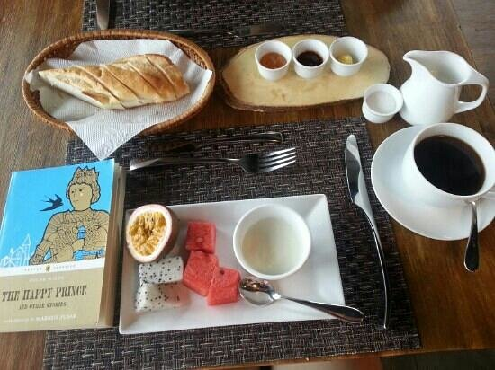 The Alcove Library Hotel : breakfast with book