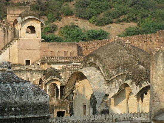 Garh Palace: stunning Moghul style architecture