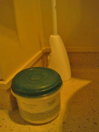 Bella Vista Dunedin: Clever Extra Toilet Paper Storage