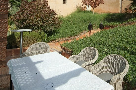 Kasbah Gousteau : Table cloth with stains!