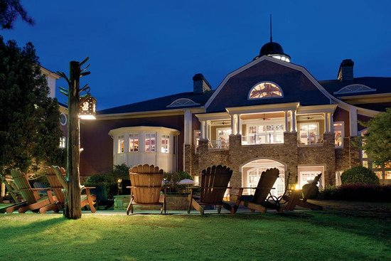 The Ritz-Carlton Reynolds, Lake Oconee: The Lodge illuminated at night