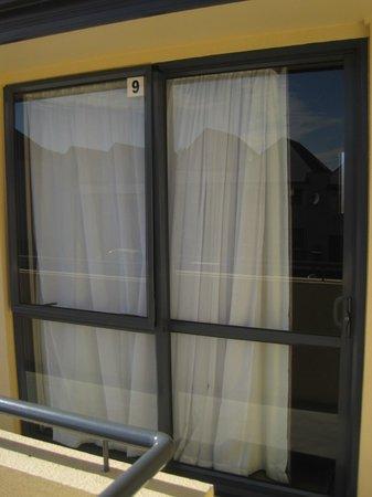 Bella Vista Dunedin: Sliding glass door room entry.