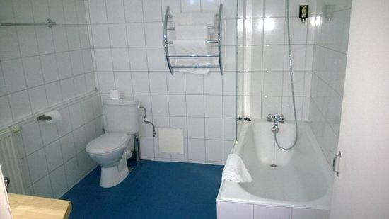 ETC Hotel : baignoire et wc