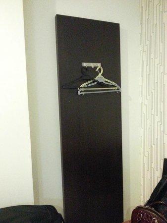 Lotus Hotel KL Sentral: open wardrobe