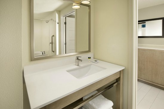 Four Points by Sheraton Jacksonville Beachfront: King Spa Suite bathroom
