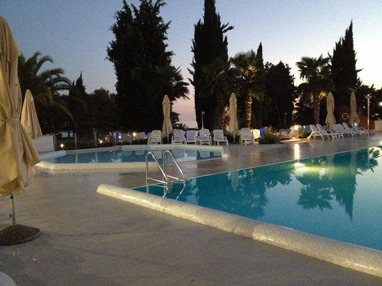 Hotel Laguna Materada: отель вечером