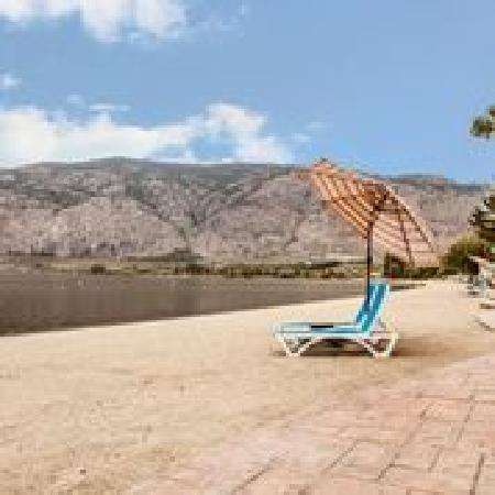 Coast Osoyoos Beach Hotel: Relax on the beach