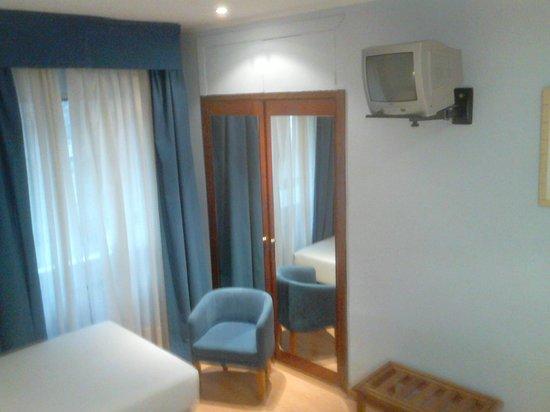 Hotel Cityexpress Covadonga : tv y armario